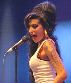 Amy Winehouse / Author : Rama / CC BY-SA (https://creativecommons.org/licenses/by-sa/3.0)