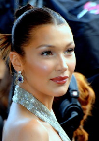 Bella Hadid / Author : Georges Biard / CC BY-SA (https://creativecommons.org/licenses/by-sa/3.0)