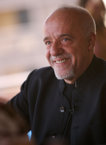 Paulo Coelho / Author : Paul Macleod / CC BY-SA (https://creativecommons.org/licenses/by-sa/3.0)