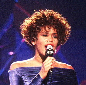 Whitney Houston / Author : PH2 Mark Kettenhofen / CC BY-SA (https://creativecommons.org/licenses/by-sa/3.0)
