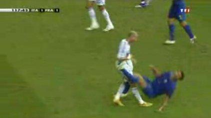 Materazzi tombe à terre, le coup est net et sans bavure